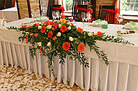Композиция на стол молодым в оранжевых тонах