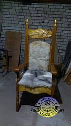 Кресло из массива дерева с вырезанными картинами ручной работы.