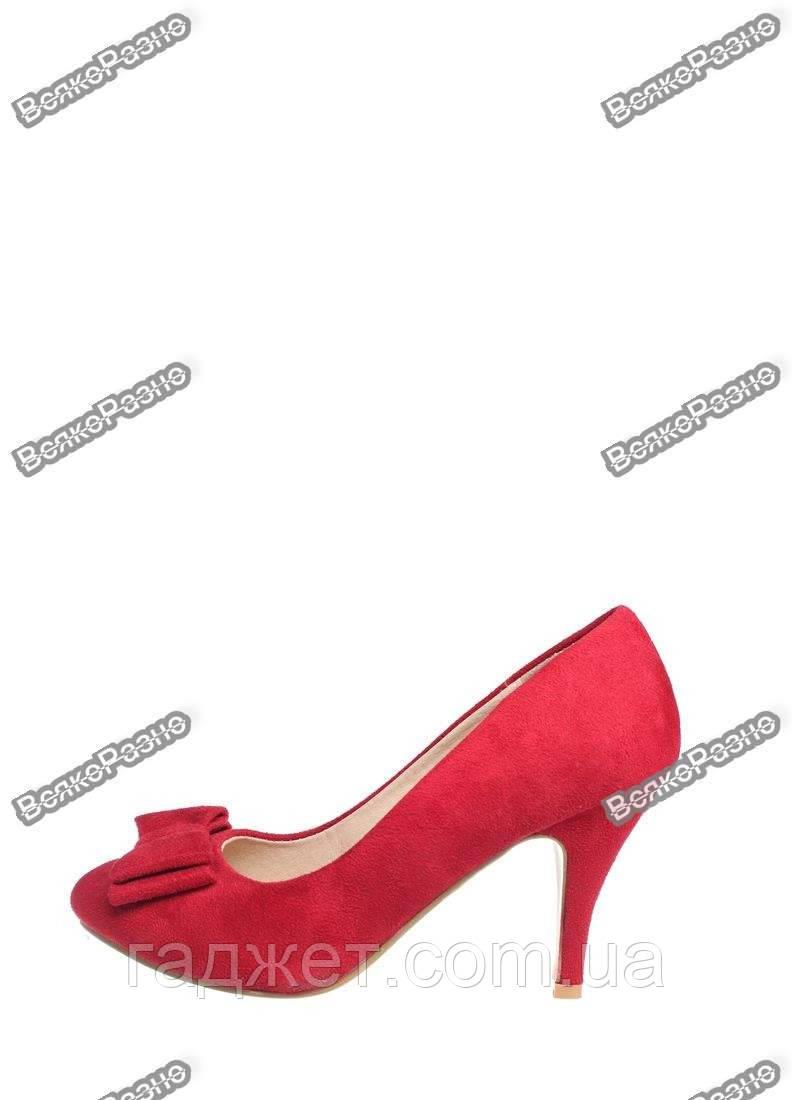 Женские туфли красного цвета.