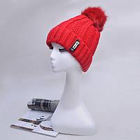Модная женская вязанная шапка с однотонным помпоном красного цвета