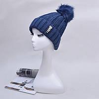 Модная женская вязанная шапка с однотонным помпоном синего цвета