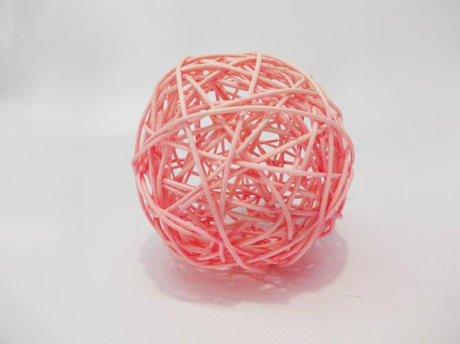 Шар плетенный из ротанга 10 см розовый
