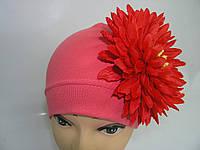 Шапочка коралловая с красной хризантемой