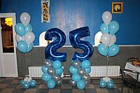 Фольгированная цифра 25 на стойке и фонтаны из гелиевых шаров