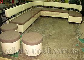 Кухонний диван для великої кухні з пуфами на коліщатках