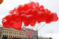 Облако из красных в форме сердечек шариков надутых гелием