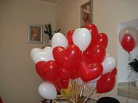 Букет из красно - белых гелиевых шаров в форме сердечек