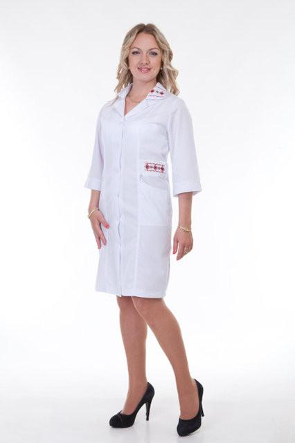 Женский медицинский халат до колен с вышивкой.
