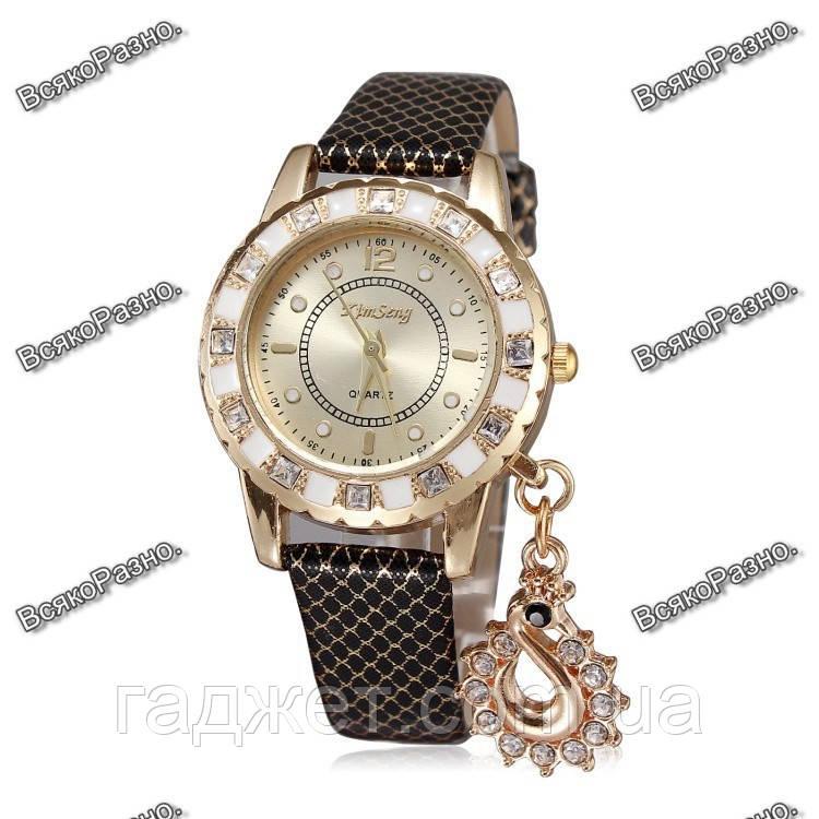 Стильные женские часы Kim Seng с подвеской в виде лебедя с черным ремешком.