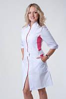 Женский медицинский халат на молнии с цветными вставками.