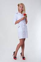 Красивый медицинский халат с вышивкой белого цвета. Размер 40-56