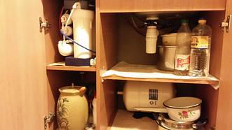 Компактное размещение системы обратного осмоса под мойкой в квартире