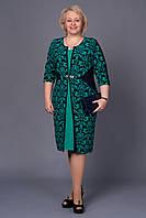 Элегантное женское платье с золотистым украшением бирюзового цвета