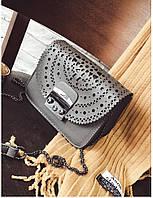 Стильная женская маленькая сумка серого цвета с орнаментом