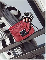 Стильная женская маленькая сумка красного цвета с орнаментом