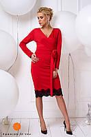 Платье красное с кружевом и поясом, длинный рукав.