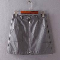 Короткая юбка на молнии спереди из эко кожи