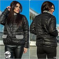 Оригинальная демисезонная курточка с воротником, декорирована вставками контрастного серого цвета.