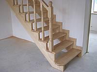 Деревяная лестница с пригласительной ступенью