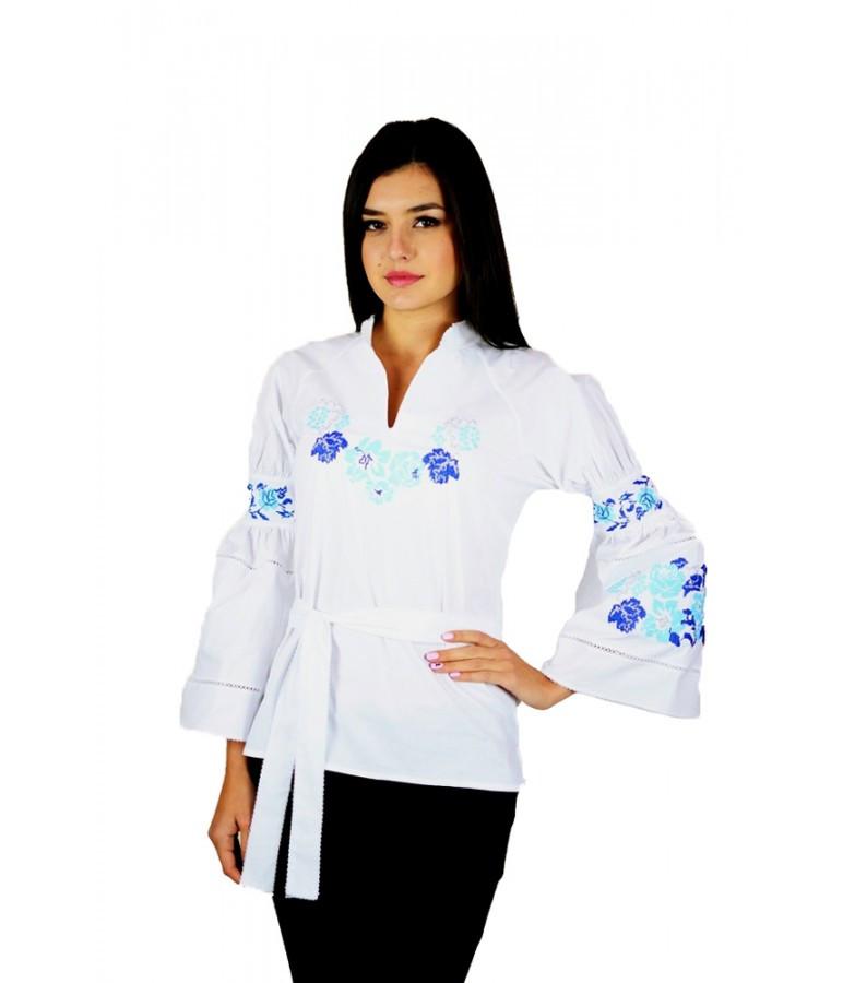 Вышитая женская рубашка белая «Голубые розы» М-220-5