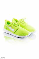Яркие кроссовки на шнуровке