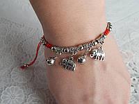 Современно-модный браслет красная нить с кулонами оберегами