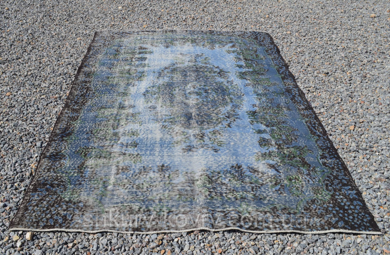 Искусственно вытертый классический состаренный ковер голубого цвета