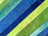 Яскравий синьо зелено жовтий килим з фарбованих смуг шкури корови, фото 2