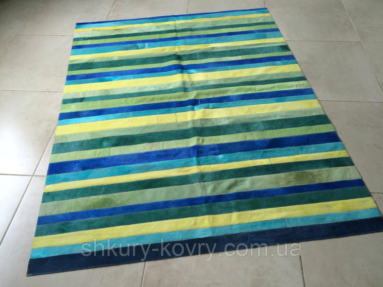 Яскравий синьо зелено жовтий килим з фарбованих смуг шкури корови