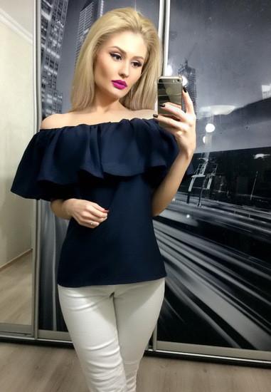 Женская блуза с воланом темно-синяя