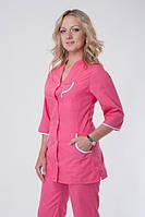 Розовый женский медицинский костюм на пуговицах