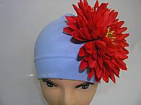 Шапочка голубая с красной хризантемой