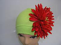Шапочка зеленая с красной хризантемой