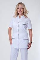Белый женский медицинский костюм с вышивкой на карманах