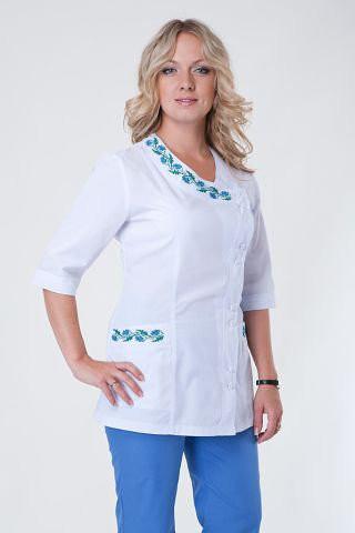 Белый с синим медицинский костюм на пуговицах.