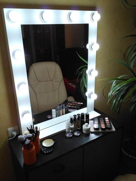Зеркало в салон красоты, в белом цвете с лампочками