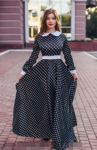 Жіноче плаття в горох з білим коміром та поясом.