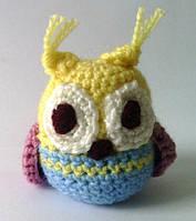Вязаная игрушка сова желто-синяя