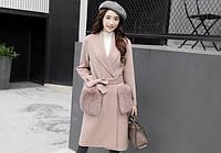 Женское бежевое пальто с мехом на карманах