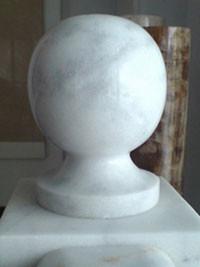 Мраморные шары на подставке