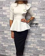 Элегантный женский костюм с рюшей на одно плече, цвет черный+белый