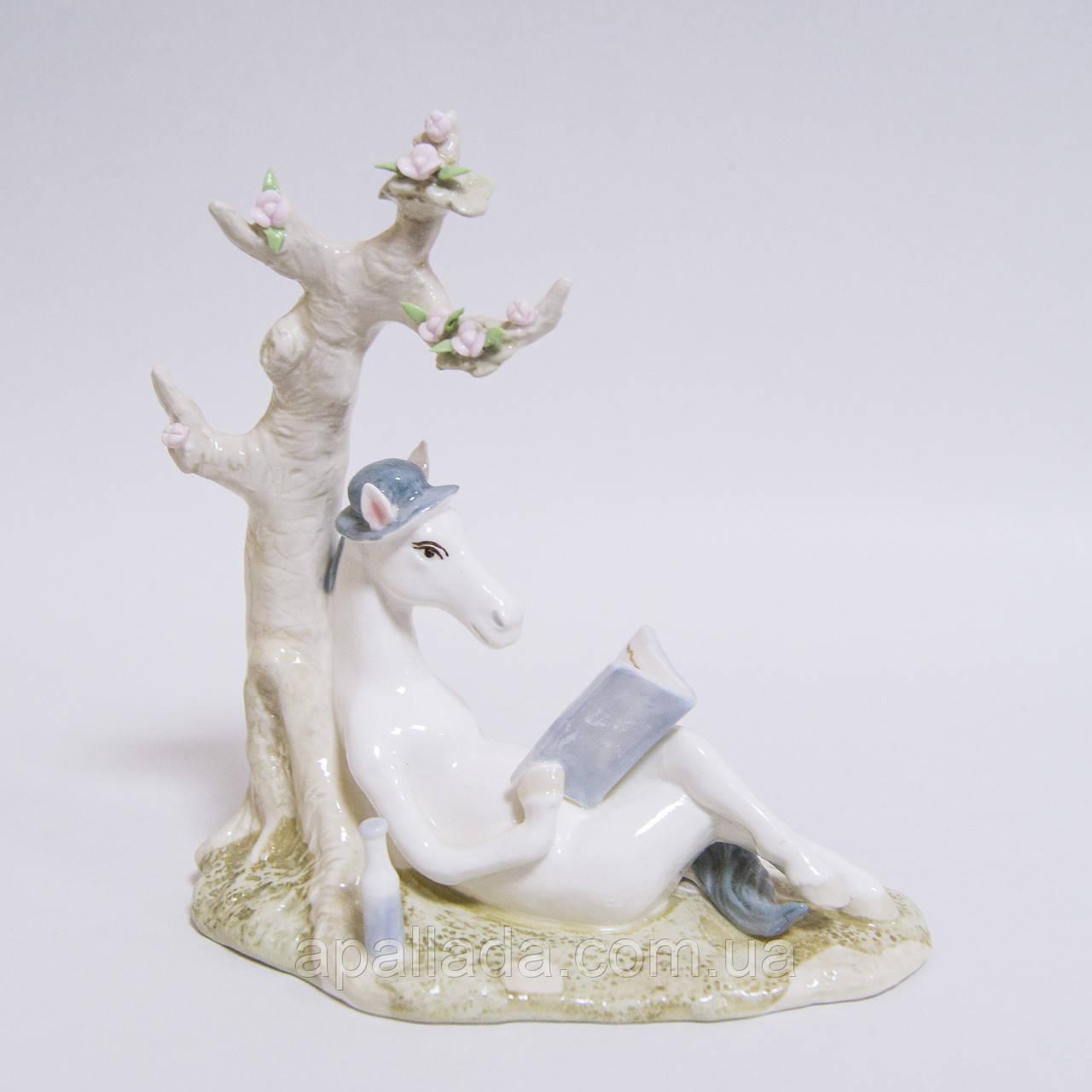Статуетка кінь з книгою