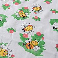 Ситец с желтыми пчелками на зеленой травке на белом фоне
