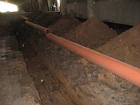 Укладка трубы в системе навозоудаления.