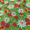 Ситец с белыми ромашками и красными цветочкамии цветочками на зеленом фоне