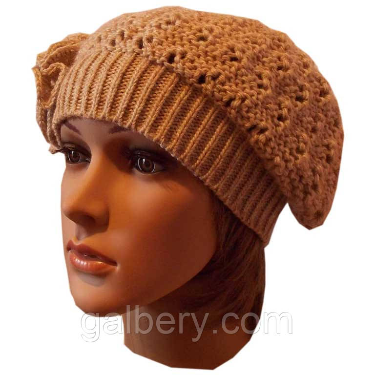 Вязаная спицами женская шапка с цветком цвета льна
