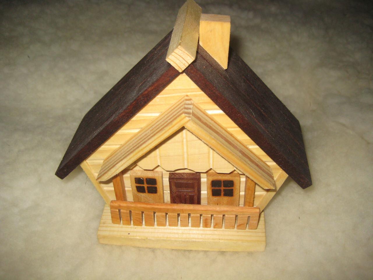 Домик-копилка деревянный  ручной работы с коричневой крышей