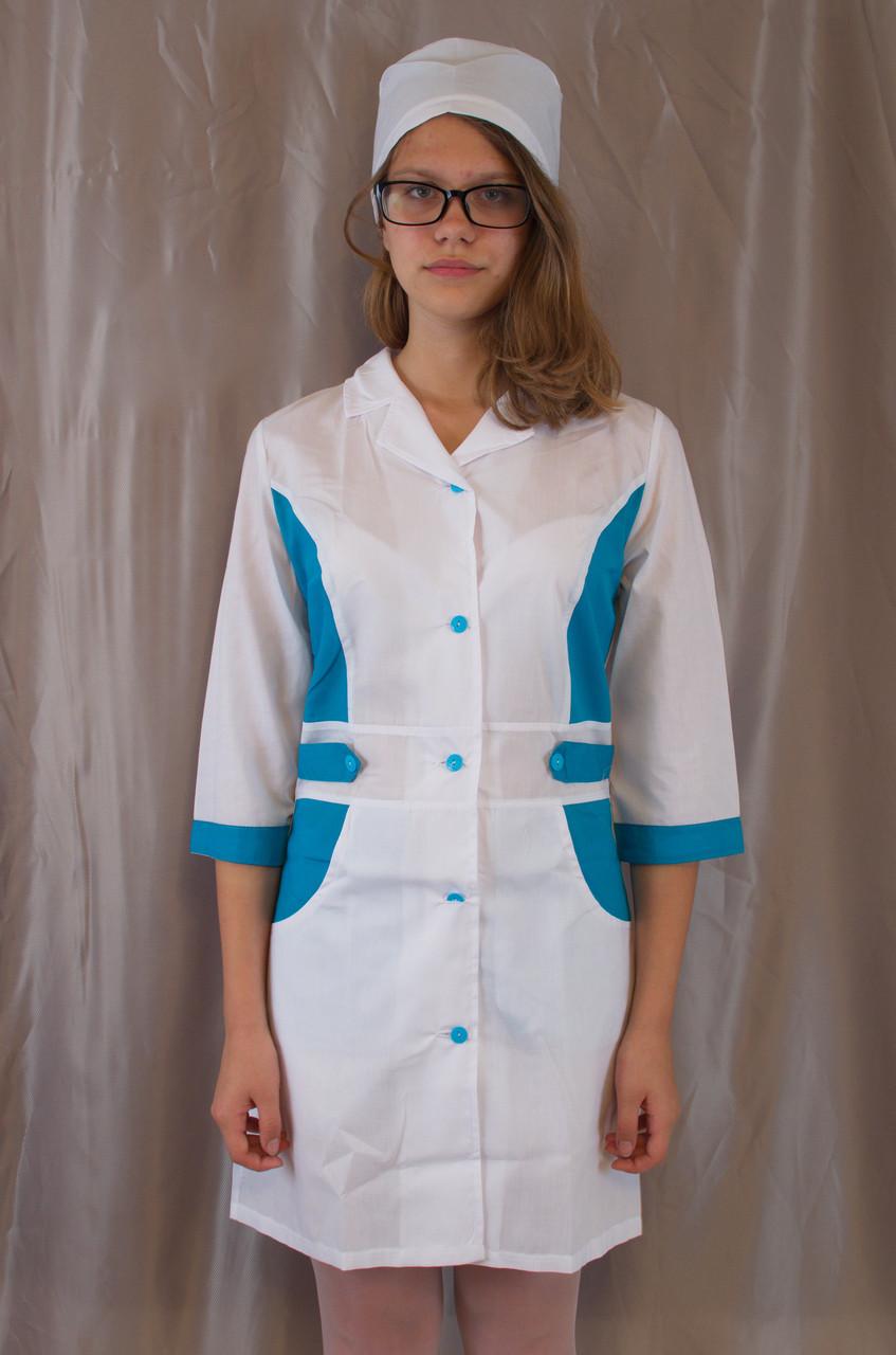Медичний жіночий білий халат, прикрашений блакитними вставками.