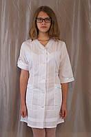 Медицинский женский белый халат, украшенный серебристой тесьмой