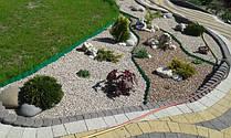 Ландшафт усадьбы с декоративной дорожкой и прудом
